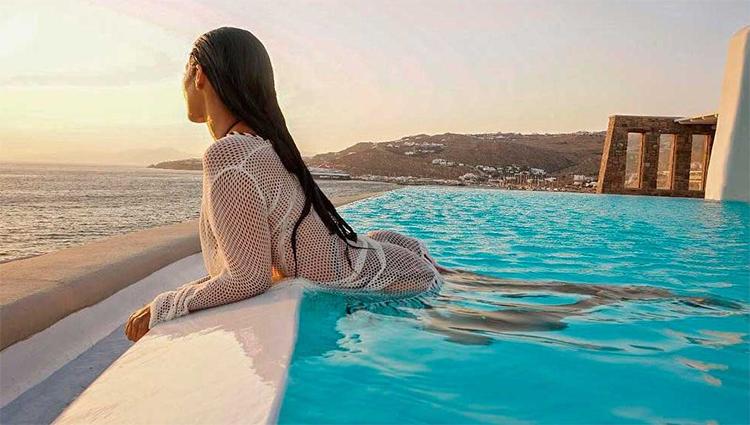 """Na Grécia, Simaria posa sexy de biquíni e canta música em hotel de luxo """"veja o vídeo"""""""